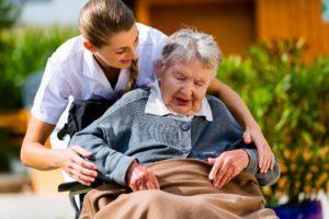 pflegerin-patientin-rollstuhl-beschuetzt