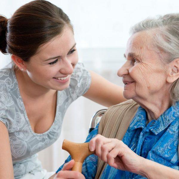 pflegerin-patientin-stock-freude-wohlfuehlen